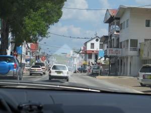 Zicht op de stad vanuit de auto