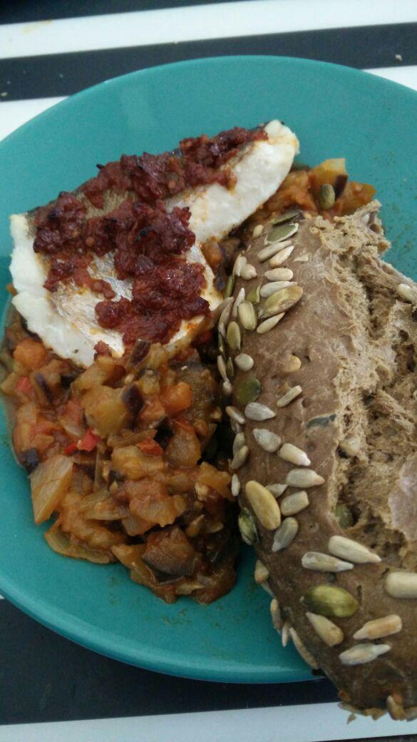 Wijtingfilet met tomatentapenade, ratatouille en baguetteWijtingfilet met tomatentapenade, ratatouille en baguette